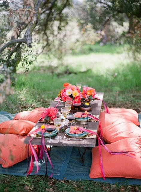 The idea of romantic design under a tree in the dining room outdoor